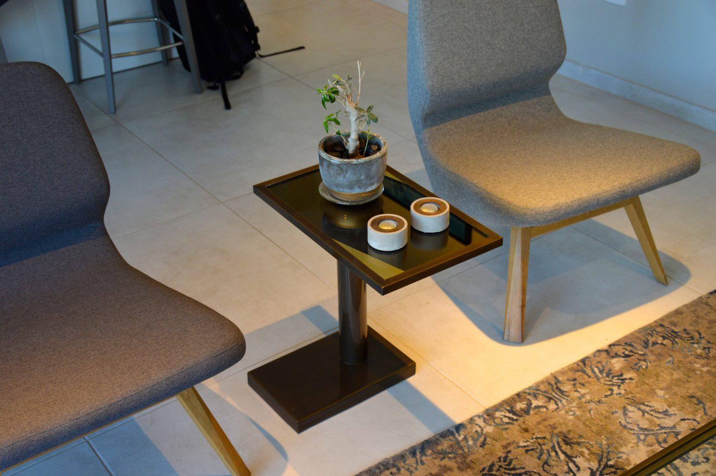 שולחן קפה מפליז ורגל רחבה