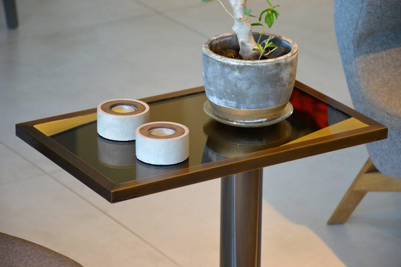 שולחן מפליז עם משטח מראה ופינות פליז
