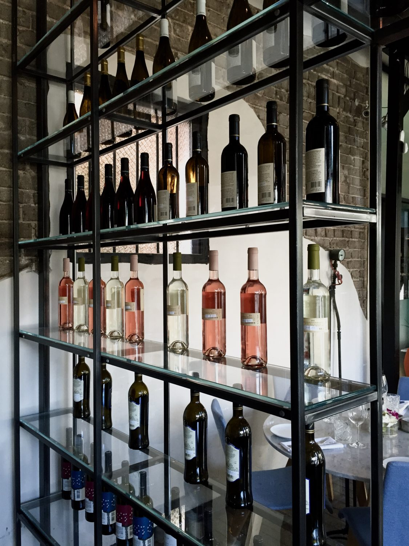 ספריה מברזל בהתאמה אישית לחדר יין