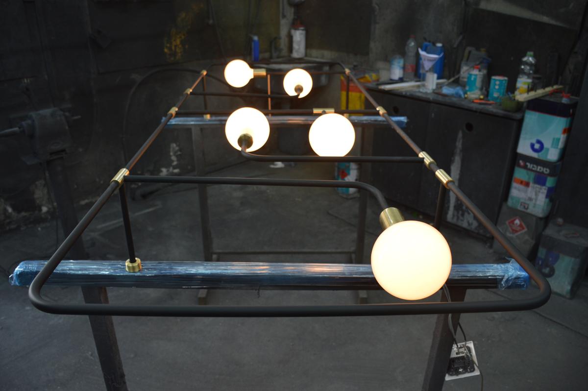 גוף תאורה בהזמנה אישית עשוי ברזל בשילוב מחברים מפליז מלא