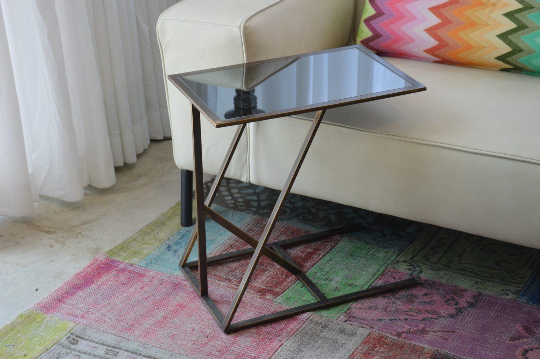 שולחן מפליז עם מראה אפורה