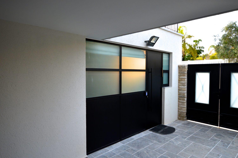 דלתות כניסה מברזל וזכוכית מעוצבות