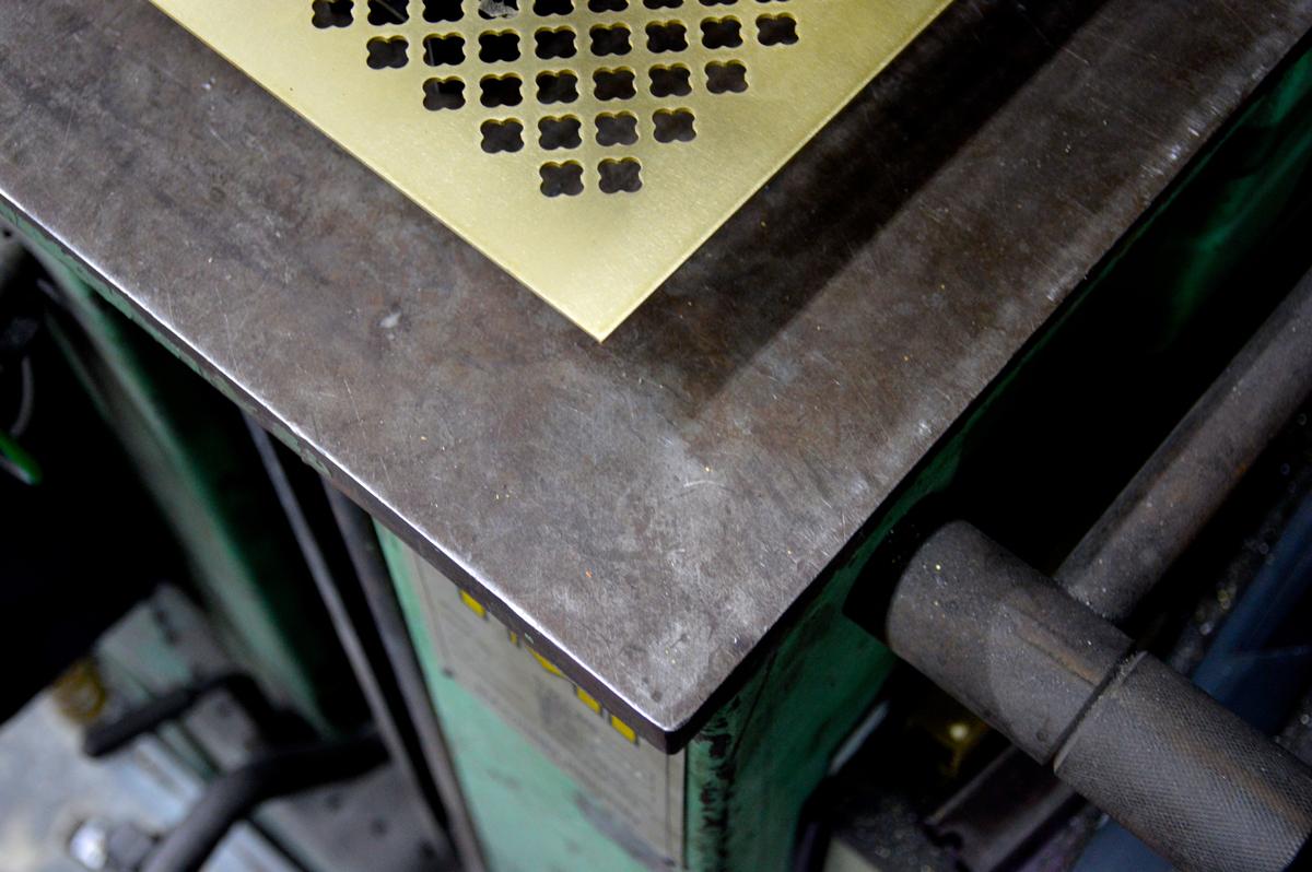 צילום של משרביה מפליז בחיתוך לייזר