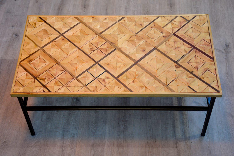 שולחן מעוצב מפליז ומשטח עץ בהתאמה אישית
