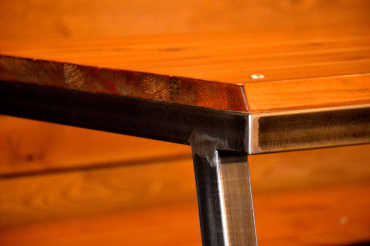 יצור שולחן מברזל בשילוב עץ