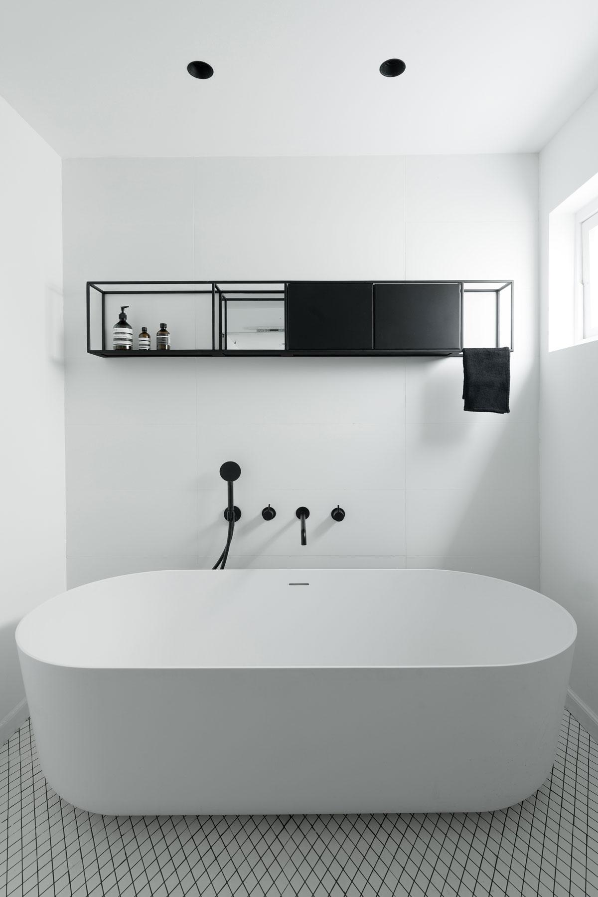 עיצוב מדפים מברזל למקלחת ומתלה מגבות