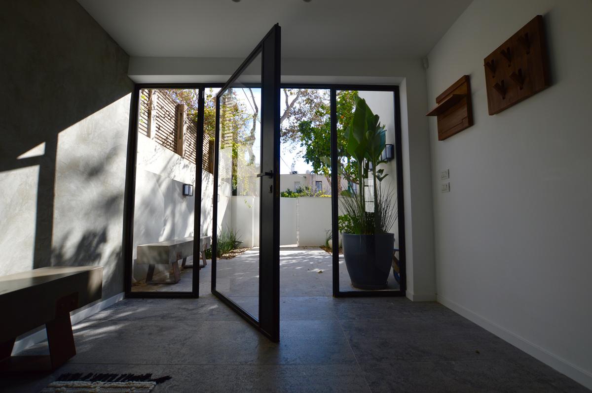 דלתות כניסה פיבוט בצבע שחור