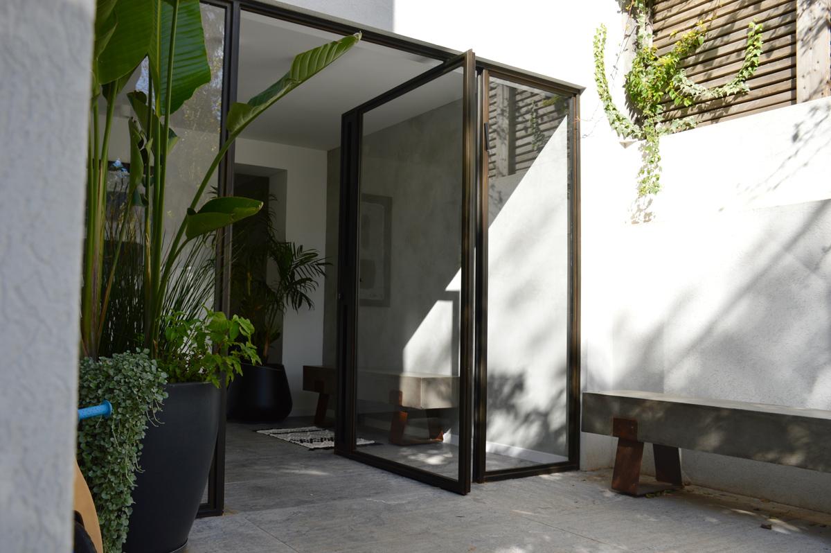 דלתות כניסה פיבוט מעוצבות