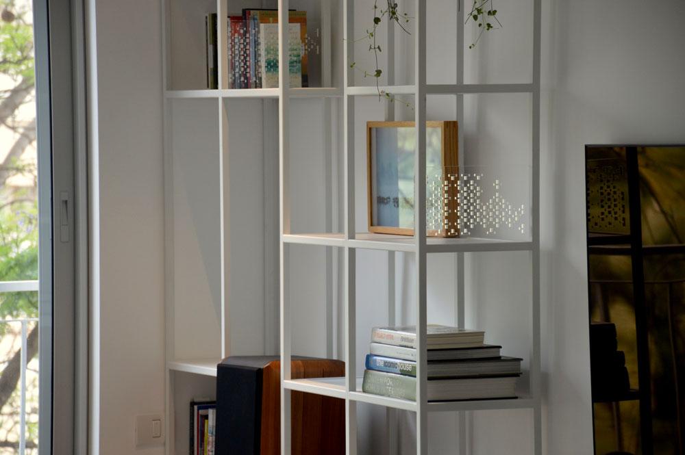 עיצוב ספריה מברזל לדירה ברמת אביב
