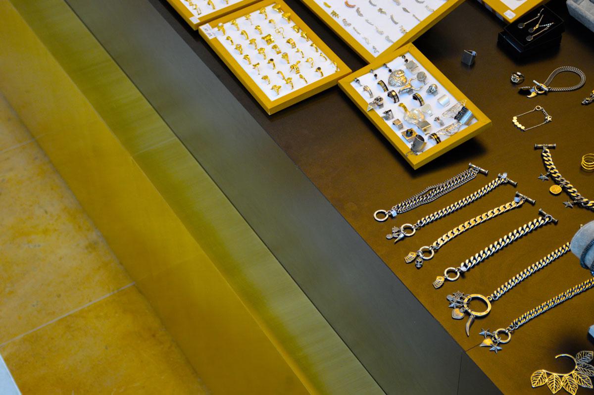 חיפוי פליז בגימור מוברש עבור דוכן תכשיטים
