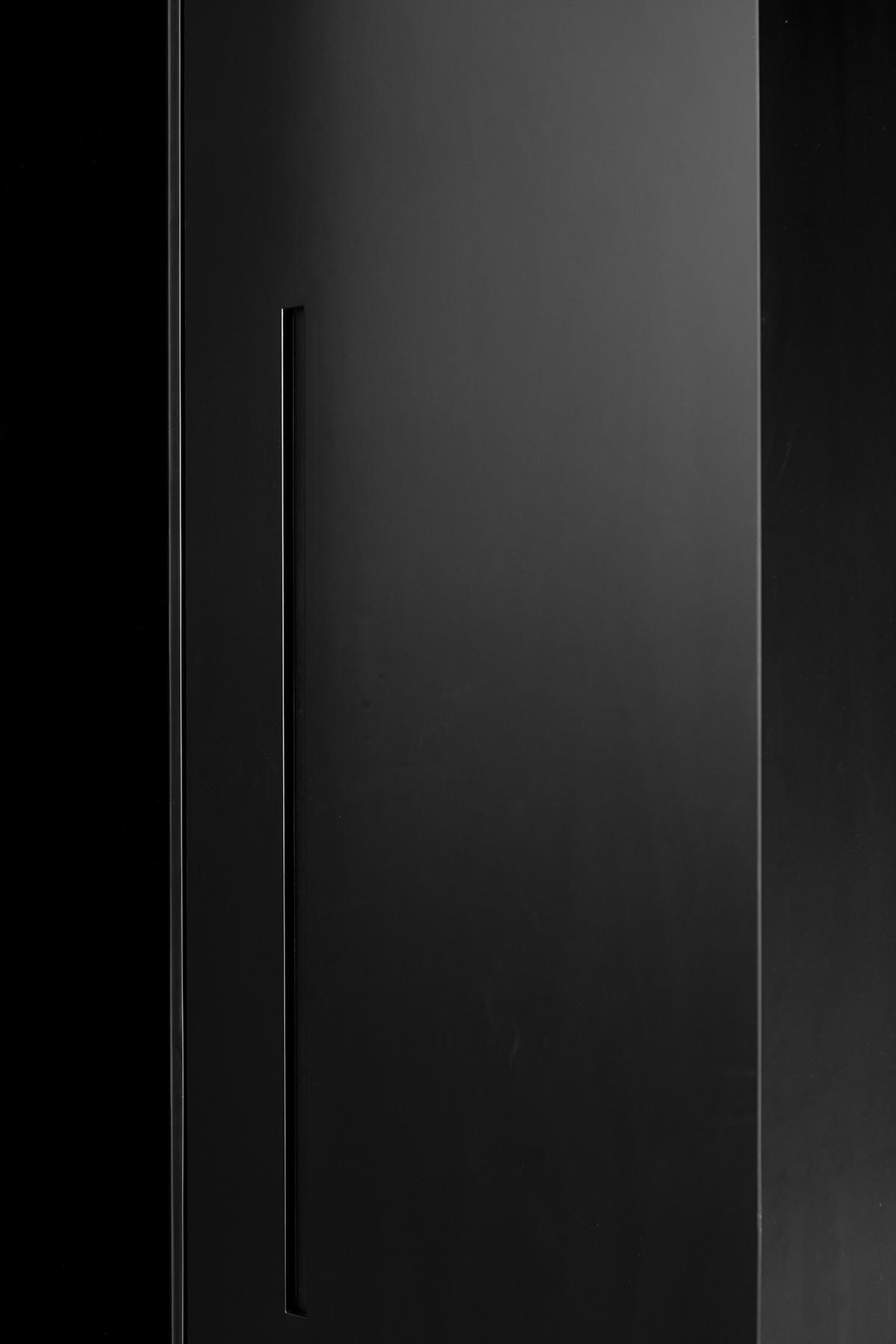 דלת שחורה מעוצבת