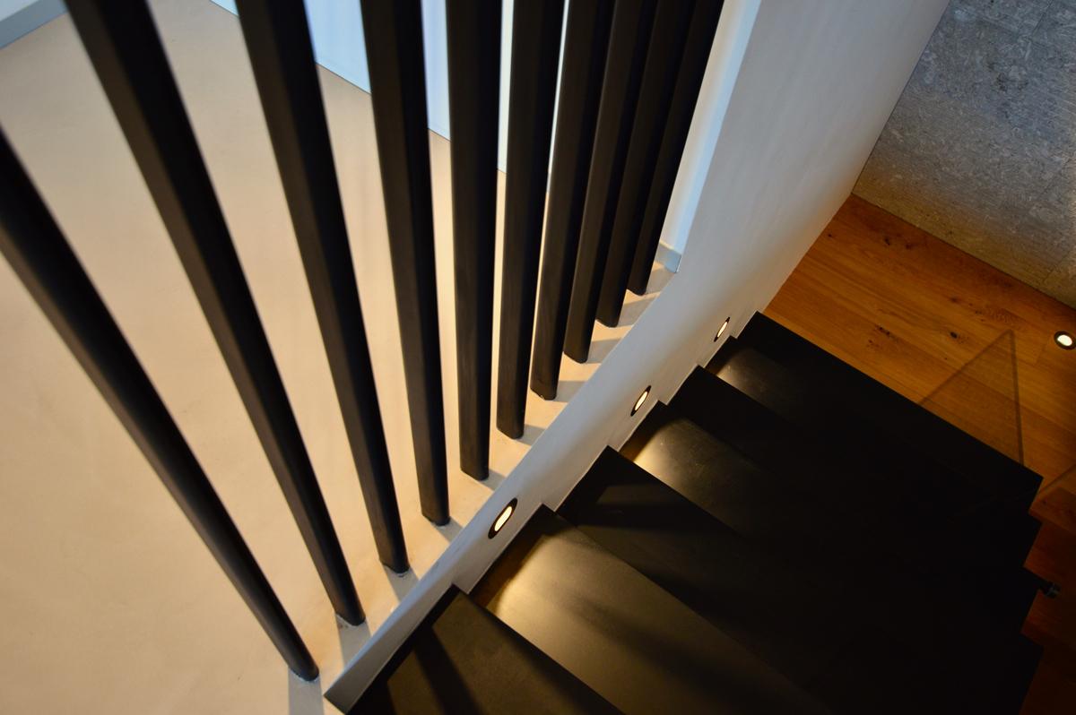 מבט על גרם מדרגות ומעקה מברזל