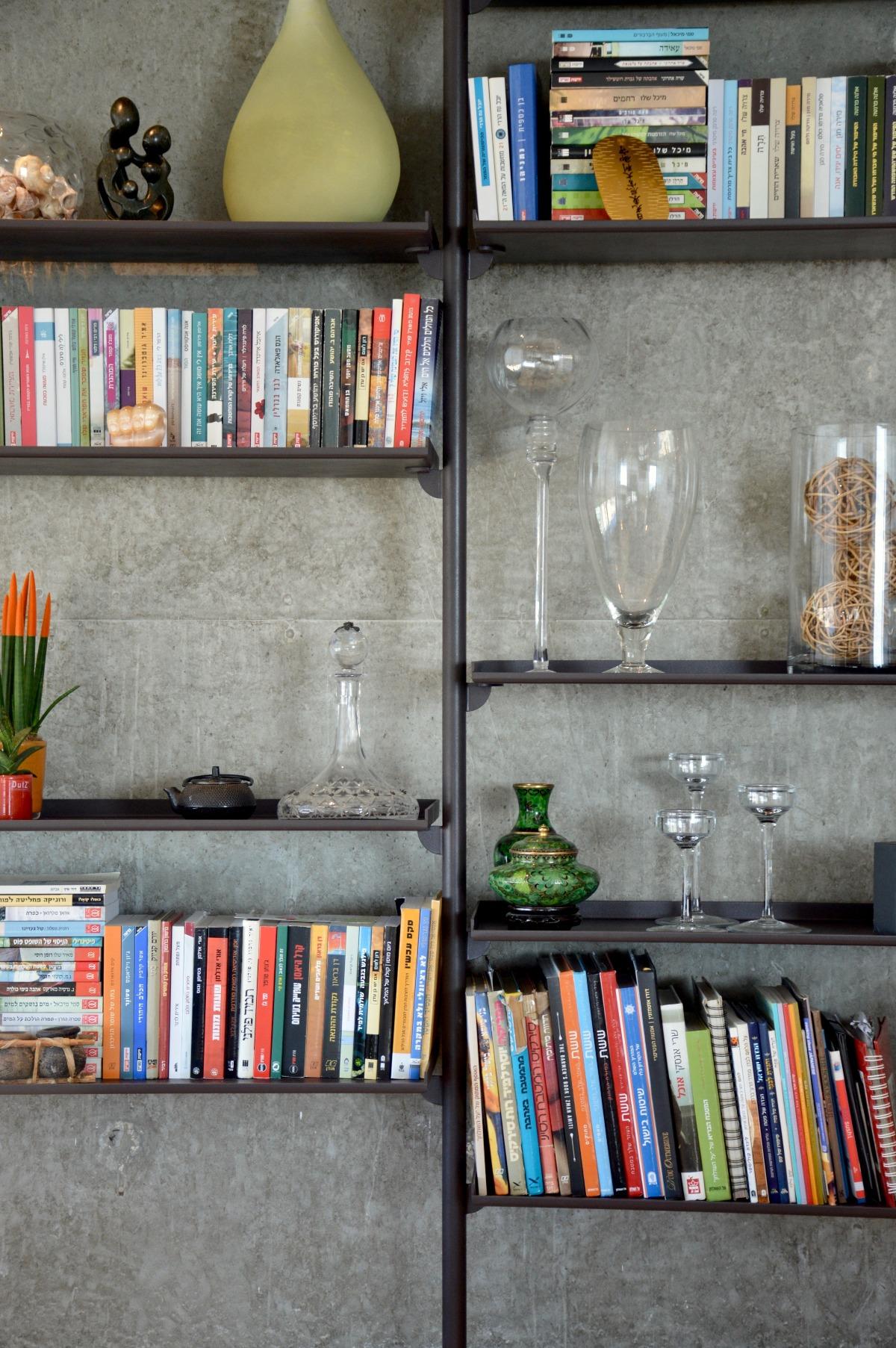 עיצוב ספריית ברזל לדירה בתל אביב