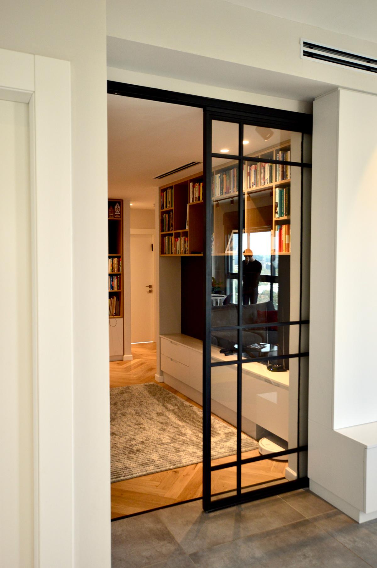 דלת הזזה - מברזל משולבת זכוכית