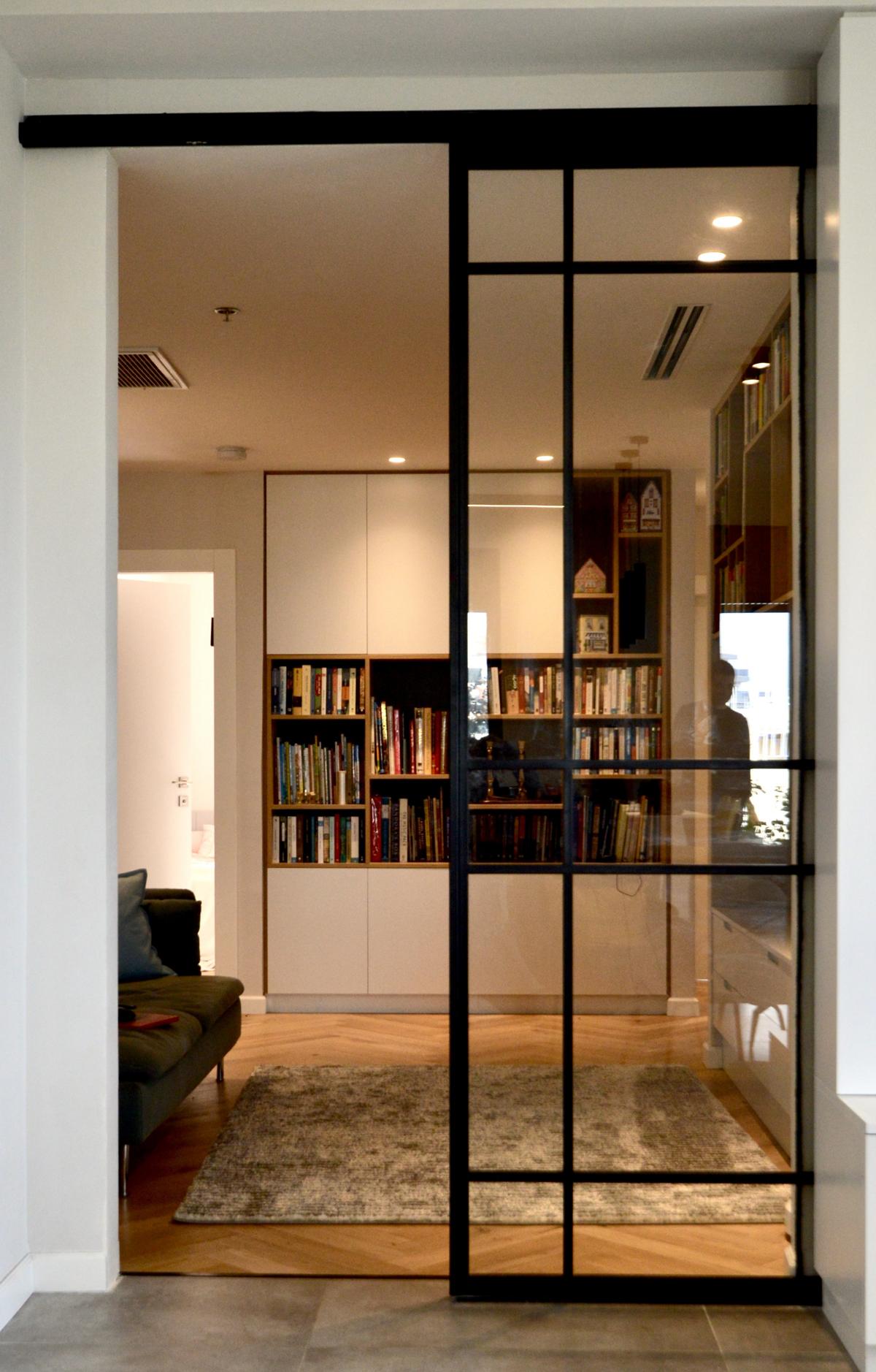 צילום מקרוב - דלת הזזה מברזל משולבת זכוכית