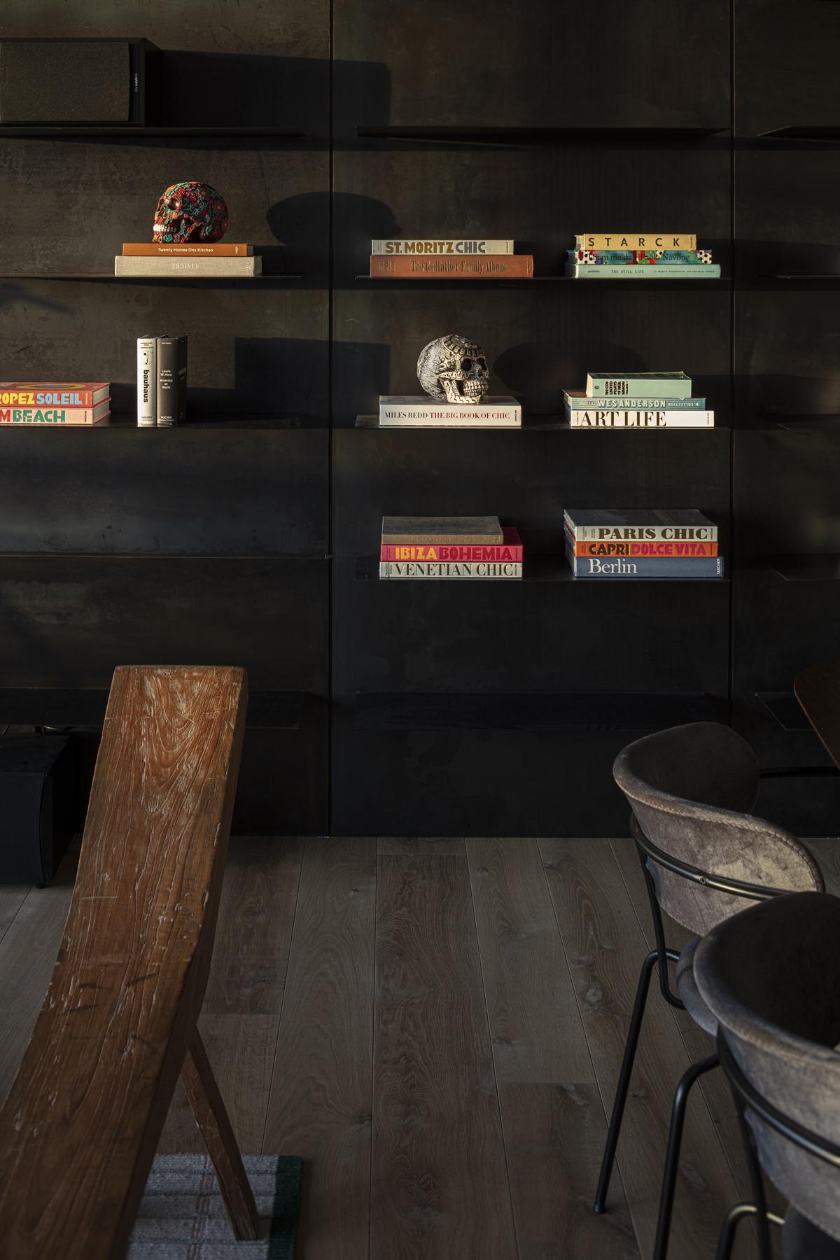 ספריה מעוצבת - עם מדפים מרחפים