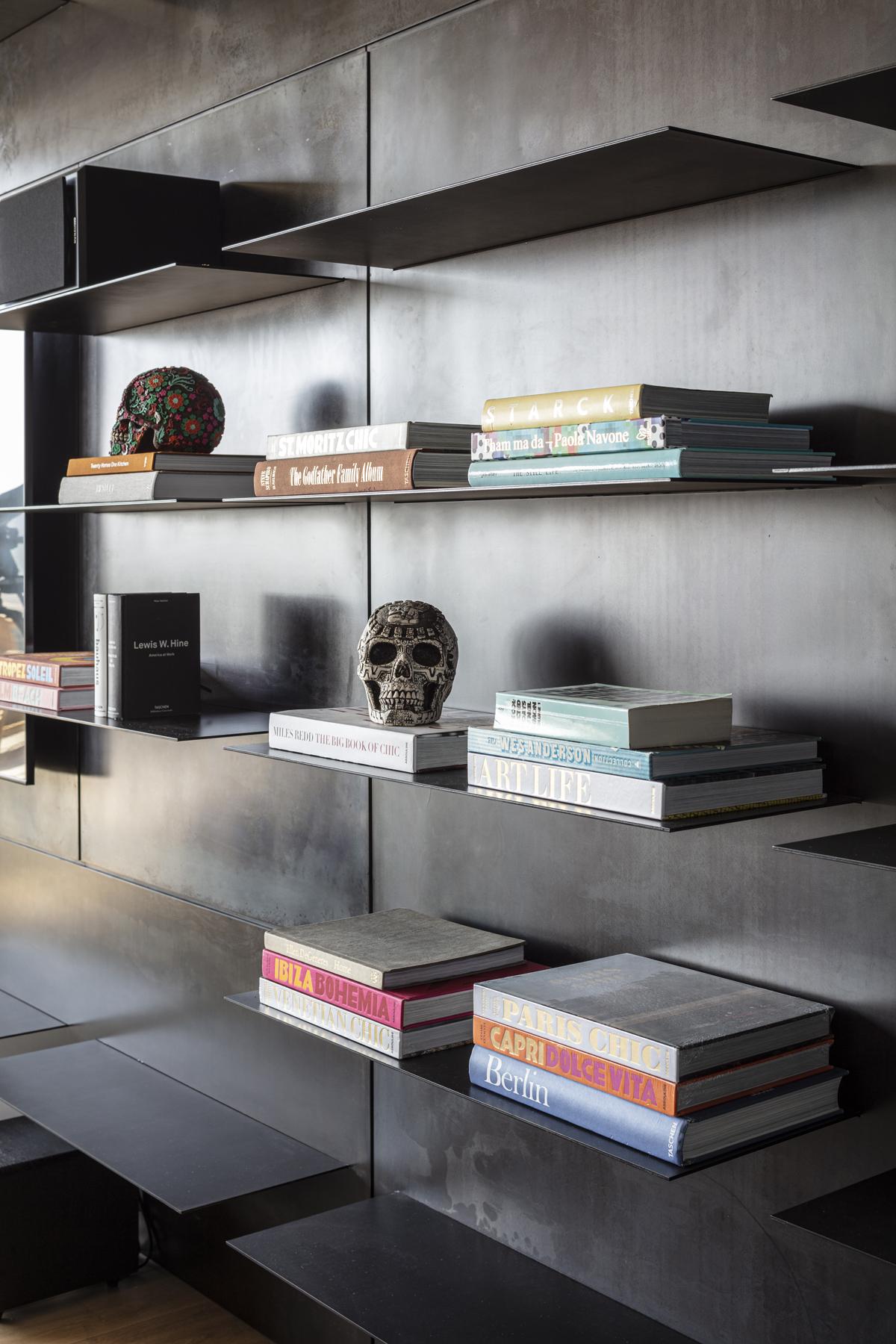 מדפים מרחפים - עיצוב ספריה