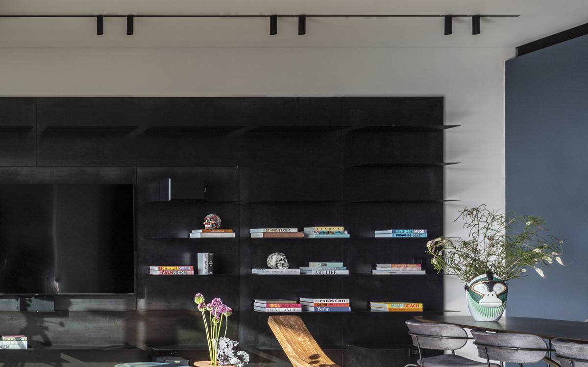 עיצוב ספריה במראה מרחף